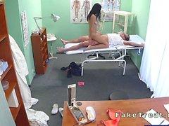 Belles patient suce coq dans médecins faux hospitalier
