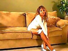 Busty kinky babe sprider hennes sexiga ben