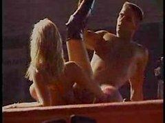 Estrellas de pornografia realizan un show en vivo frente a pública