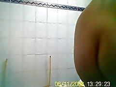Tytön kanssa pieni rinnat ja mukavaa holkki spied suihkun jälkeen