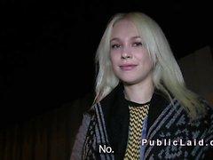 Blonde russischen erwischt den Ball öffentliche Knall