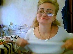 Gözlüklü yaramaz olgun kadın onun büyük göğüsleri yanıp söner