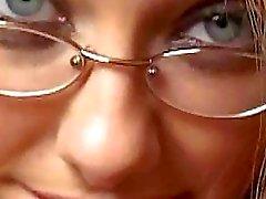 Poussin excitée avec des lunettes