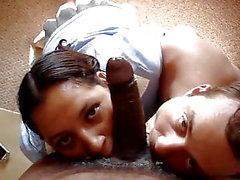 Ehemann und Ehefrau genießen einen schwarzen Schwanz zusammen