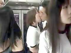 Naughty Asian Teenager in der Turnhalle Kleidung füllen ihre Münder mit h