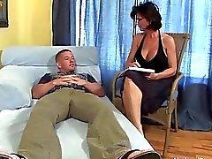 Busty MILF genç azgın hasta beceriyor