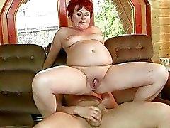 Fat mormor blir hennes trånga fitta knullad