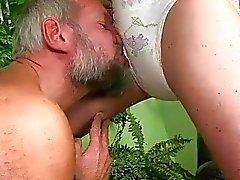 Büyükbaba lanet ve seksi kız pissing