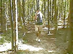 Pullea teini metsässä