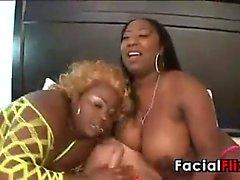 Thick Black Schlampen Saugen an einer Penis