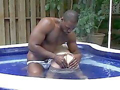 Межрасовый милашка бассейн удовольствие