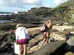 Carli , mooie blonde meisje spelen op het strand !