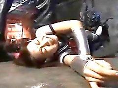 Japani koulutyttö on paikalleen kiinnitettynä kiduttivat hänen sadistic