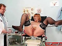 Redhead gran Fotze gähnende am Gyno der Klinik