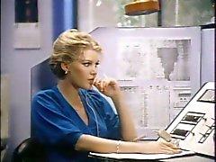 Man met snor ploegen rondborstige blonde in het kantoor