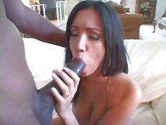 Vollbusig Brunettefrau Giselle saugt einem großen schwarzen Schwanz und wird für Mund voll genagelt