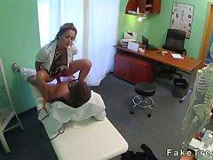 Enfermería rubia de travieso de golpeó por un médico