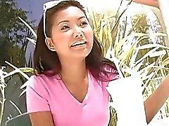 Cock liefdevolle Thais meisje geeft blowjob aan stud met een grote lul