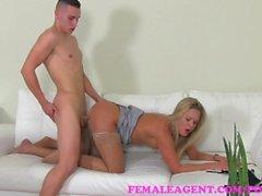 FemaleAgent . Dirty MILF knullar hela soffa genom gjutning stud