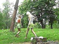 Oikeudenmukainen gals minis tekevät Pee outdoors