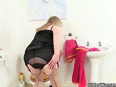 Granny britannico di Elaine fotte un dildo di sul wc