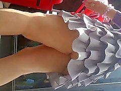 шпиона Под юбкой сексуальный зрелой женщины розовых трусики румынский
