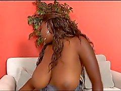 Rondborstige ebony hoer grijpt haar phat kont en geeft een blow job
