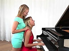 Geilen Teen Lesbe verführt Klavierspielerin