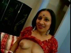 Intialainen narttu, jonka venytysmerkit saivat yhä kummajaisia