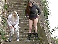 Merdivenlerde bir araya pissing iki kız