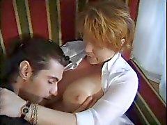 HEISS MOM 158. Rothaarige ausgereifte Mütter und Teen mit einem jungen Mann