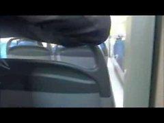 Girl lutscht den Schwanz seines Freundes im Bus