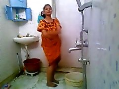 Hintli bir kız banyo nude