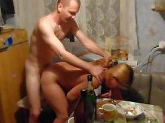 teenager che si ubriaca di al partito Russian e viene scopata