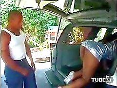 Busty ebony babe blir och ger huvud och knullar i bilen
