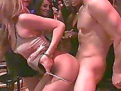 Bra snygga manliga stripper fucks många berusade klubb slampor