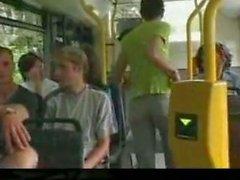 Se la cojen en el autobus y la gente aplaude