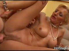 La mia vecchia matrigna milf ama il sesso