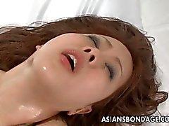 Asiático de la belleza ataron y follada con un buen orgasmo