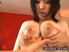 Dai grossi seni giapponese ragazza si fà scopare da di due