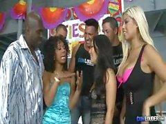 Wildniss Partei wird zum Orgie mit Assa Akira , Misty Stone und Bridgette B