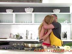 CUM KÜCHE: James Deen Fucks Blonde Alexa Anmut, während Kochen