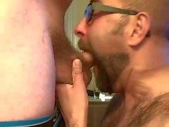 Skäggiga kille som utförs på två belastningar att att ovansidan sin kompis