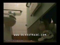 Succhia un gran cazzo in un bagno pubblico dell'orinale