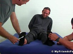 Bärtiger und tätowierter Brocken bekommt ein süßes Kitzeln an seinen Knospen