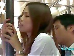Otobüs Cum için Pantolon üzerinde dururken Asyalı Kız Her Ass Cock ile ovuşturdu Başlarken