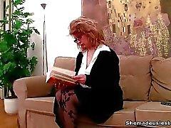 Zwei Coeds finden ein Dildo auf das Sofa