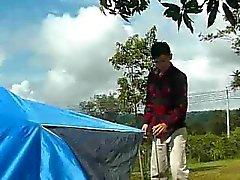 Gay kampeerders spelen met hun tentstokken