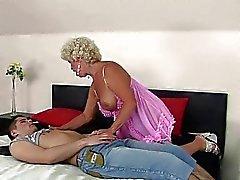 Bösen Großmutter genießt Sex mit einem Jungen