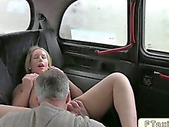 Blondes Baby gebumst in ein Taxi